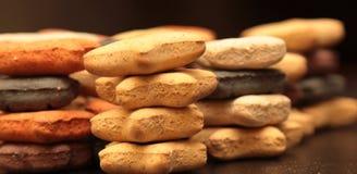 Ζωηρόχρωμα μπισκότα των διάφορων γεύσεων και των μορφών Στοκ εικόνα με δικαίωμα ελεύθερης χρήσης