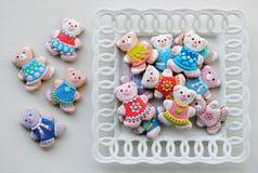 Ζωηρόχρωμα μπισκότα Χριστουγέννων, μπισκότα Χριστουγέννων που διακοσμούνται για τα παιδιά στοκ φωτογραφία με δικαίωμα ελεύθερης χρήσης