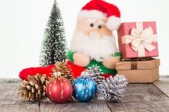 Ζωηρόχρωμα μπιχλιμπίδια Χριστουγέννων και παιχνίδι Άγιου Βασίλη Στοκ Φωτογραφίες