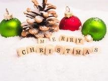 Ζωηρόχρωμα μπιχλιμπίδια Χριστουγέννων στο χιόνι Στοκ εικόνα με δικαίωμα ελεύθερης χρήσης
