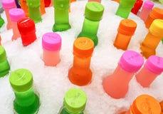 Ζωηρόχρωμα μπουκάλια των δροσερών μη αλκοολούχων ποτών στοκ εικόνα