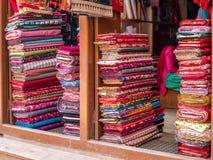 Ζωηρόχρωμα μπουλόνια του ύφασμα-ανοικτού καταστήματος αέρα στο Νεπάλ Στοκ Εικόνα