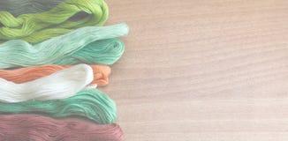 Ζωηρόχρωμα νήματα σε ένα ξύλινο υπόβαθρο Στοκ εικόνα με δικαίωμα ελεύθερης χρήσης
