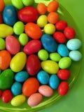 Ζωηρόχρωμα νόστιμα γλυκά στο πράσινο πιάτο στοκ εικόνα