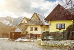 Ζωηρόχρωμα ξύλινα σπίτια στο χωριό Vlkolinec, Σλοβακία, ακτίνες ήλιων Στοκ φωτογραφία με δικαίωμα ελεύθερης χρήσης