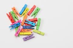 Ζωηρόχρωμα ξύλινα clothespins στο άσπρο υπόβαθρο στοκ φωτογραφία με δικαίωμα ελεύθερης χρήσης