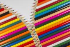 Ζωηρόχρωμα ξύλινα μολύβια κέδρων στη μορφή φερμουάρ στοκ φωτογραφία με δικαίωμα ελεύθερης χρήσης