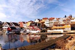 Ζωηρόχρωμα ξύλινα σπίτια στον κόλπο, Νορβηγία Στοκ Φωτογραφίες
