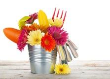 Ζωηρόχρωμα λουλούδια και εργαλεία κήπων στοκ εικόνα με δικαίωμα ελεύθερης χρήσης