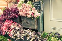 Δέσμη των λουλουδιών στο εκλεκτής ποιότητας συρτάρι γραφείων Στοκ Φωτογραφία