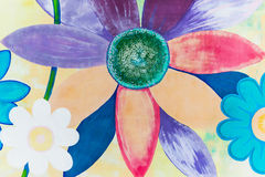 Ζωηρόχρωμα λουλούδια που χρωματίζονται στον τοίχο Στοκ Εικόνες