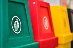 Ζωηρόχρωμα δοχεία ανακύκλωσης ή trashcan στοκ φωτογραφίες