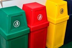 Ζωηρόχρωμα δοχεία ανακύκλωσης ή trashcan στοκ εικόνα με δικαίωμα ελεύθερης χρήσης