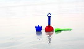 Ζωηρόχρωμα παιχνίδια παραλιών παιδιών Στοκ εικόνες με δικαίωμα ελεύθερης χρήσης