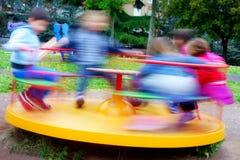 Ζωηρόχρωμα παιδιά παιδικών χαρών ιπποδρομίων γρήγορα στοκ φωτογραφία με δικαίωμα ελεύθερης χρήσης