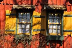 ζωηρόχρωμα παλαιά αγροτικά Windows σπιτιών Στοκ Φωτογραφία