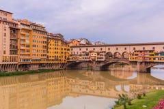 Ζωηρόχρωμα παλαιά κτήρια στις όχθεις του ποταμού Arno γέφυρα της Φλωρεντίας, Ιταλία Ponte Vecchio αρχιτεκτονική μεσαιωνική στοκ εικόνα με δικαίωμα ελεύθερης χρήσης