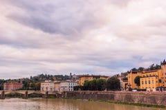 Ζωηρόχρωμα παλαιά κτήρια στις όχθεις του ποταμού Arno στη Φλωρεντία, Ιταλία αρχιτεκτονική μεσαιωνική στοκ φωτογραφία με δικαίωμα ελεύθερης χρήσης