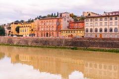 Ζωηρόχρωμα παλαιά κτήρια στις όχθεις του ποταμού Arno στη Φλωρεντία, Ιταλία με την αντανάκλαση στο νερό αρχιτεκτονική μεσαιωνική στοκ φωτογραφία με δικαίωμα ελεύθερης χρήσης