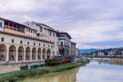 Ζωηρόχρωμα παλαιά κτήρια στις όχθεις του ποταμού Arno στη Φλωρεντία, Ιταλία με την αντανάκλαση στο νερό αρχιτεκτονική μεσαιωνική στοκ εικόνες