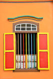 Ζωηρόχρωμα παράθυρα και λεπτομέρειες σε ένα αποικιακό σπίτι την σε λίγη Ινδία Στοκ Εικόνες