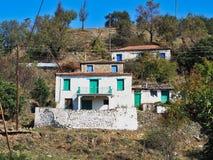 Ζωηρόχρωμα παραθυρόφυλλα παραθύρων στα παλαιά ελληνικά του χωριού σπίτια στοκ φωτογραφία με δικαίωμα ελεύθερης χρήσης