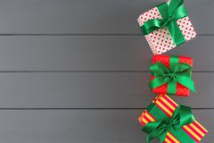 Ζωηρόχρωμα παρόντα κιβώτια για τα Χριστούγεννα, νέο έτος στο ξύλινο υπόβαθρο στοκ φωτογραφίες