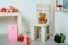 Ζωηρόχρωμα παρόντα κιβώτια, τσάντες, καρδιές και παιχνίδια για την ημέρα βαλεντίνων Στοκ Εικόνα