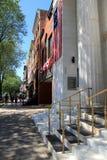 Ζωηρόχρωμα πεζοδρόμια με το περπάτημα ανθρώπων και σημαίες ντυμένες στα κτήρια, Saratoga, 2016 Στοκ Φωτογραφίες