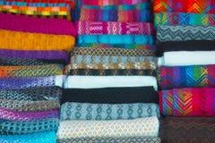 Ζωηρόχρωμα περουβιανά κλωστοϋφαντουργικά προϊόντα Στοκ Φωτογραφίες