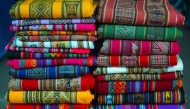 Ζωηρόχρωμα περουβιανά κλωστοϋφαντουργικά προϊόντα Στοκ Φωτογραφία