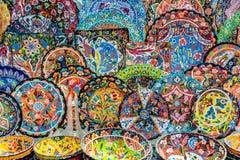Ζωηρόχρωμα πιάτα αγγειοπλαστικής στα παζάρια του Ντουμπάι, Ε.Α.Ε. στοκ φωτογραφίες με δικαίωμα ελεύθερης χρήσης