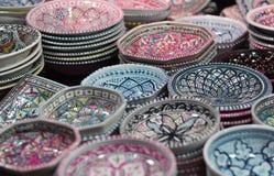 Ζωηρόχρωμα πιάτα στα ασιατικά bazaars στοκ φωτογραφία με δικαίωμα ελεύθερης χρήσης