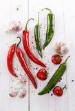 Ζωηρόχρωμα πιπέρια και είδη τσίλι πέρα από το άσπρο υπόβαθρο Στοκ εικόνες με δικαίωμα ελεύθερης χρήσης
