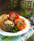 Ζωηρόχρωμα πιπέρια που γεμίζονται με το κρέας, το ρύζι και τα λαχανικά Στοκ φωτογραφία με δικαίωμα ελεύθερης χρήσης