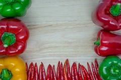 Ζωηρόχρωμα πιπέρια στην πλευρά και το κατώτατο σημείο του ξύλινου υποβάθρου Στοκ φωτογραφία με δικαίωμα ελεύθερης χρήσης