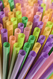 ζωηρόχρωμα πλαστικά άχυρα &ka Στοκ Εικόνες