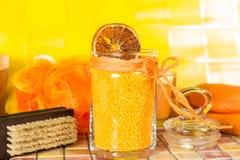 Ζωηρόχρωμα πορτοκαλιά άλατα λουτρών σε ένα λουτρό Στοκ φωτογραφία με δικαίωμα ελεύθερης χρήσης