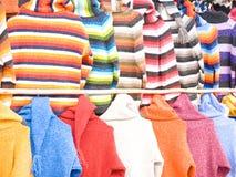 ζωηρόχρωμα πουλόβερ στοκ εικόνες