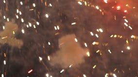 Ζωηρόχρωμα πυροτεχνήματα που λάμπουν στον ουρανό απόθεμα βίντεο