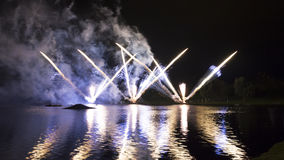 Ζωηρόχρωμα πυροτεχνήματα στην ολυμπιακή λίμνη Στοκ Φωτογραφία