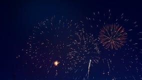 Ζωηρόχρωμα πυροτεχνήματα στον ουρανό απόθεμα βίντεο