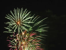 Ζωηρόχρωμα πυροτεχνήματα του διάφορου φωτός χρωμάτων επάνω ο νυχτερινός ουρανός Στοκ Φωτογραφία