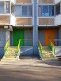 Ζωηρόχρωμα πόρτες και σκαλοπάτια στοκ εικόνες με δικαίωμα ελεύθερης χρήσης