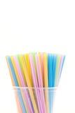 Ζωηρόχρωμα πλαστικά άχυρα που χρησιμοποιούνται για το πόσιμο νερό ή τους χυμούς Στοκ φωτογραφία με δικαίωμα ελεύθερης χρήσης