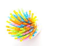 Ζωηρόχρωμα πλαστικά άχυρα που χρησιμοποιούνται για το πόσιμο νερό ή τους χυμούς Στοκ Εικόνες