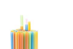 Ζωηρόχρωμα πλαστικά άχυρα που χρησιμοποιούνται για το πόσιμο νερό ή τους χυμούς Στοκ Εικόνα