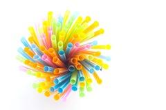 Ζωηρόχρωμα πλαστικά άχυρα που χρησιμοποιούνται για το πόσιμο νερό Στοκ Εικόνες