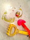 Ζωηρόχρωμα πλαστικά και λαστιχένια παιχνίδια κιβωτίων παραλιών ή άμμου Στοκ Εικόνες