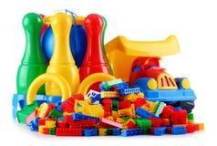 Ζωηρόχρωμα πλαστικά παιχνίδια παιδιών που απομονώνονται στο άσπρο υπόβαθρο Στοκ φωτογραφία με δικαίωμα ελεύθερης χρήσης